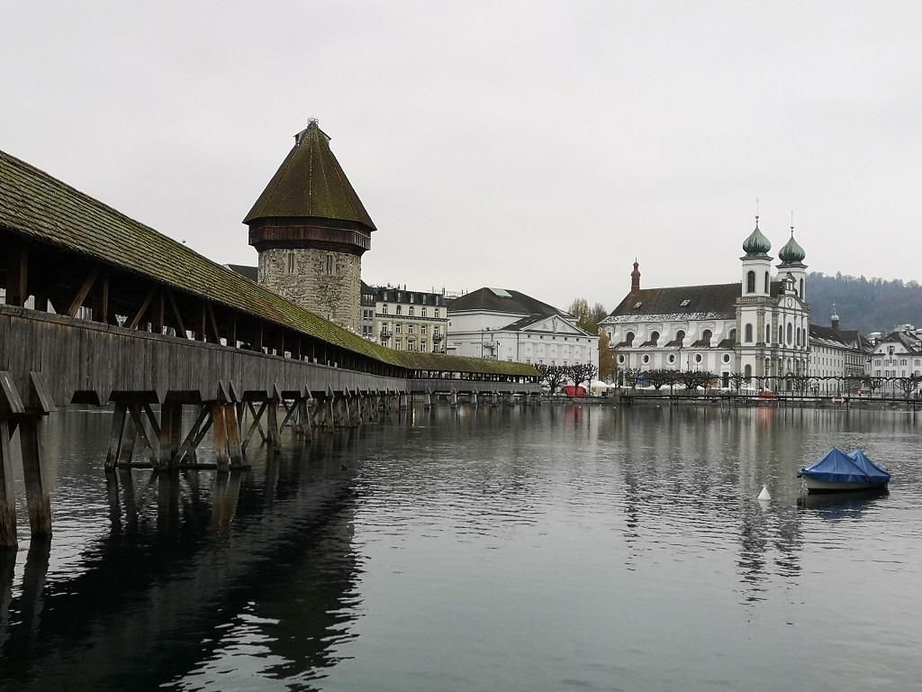 Pont en bois au centre de Lucerne 2