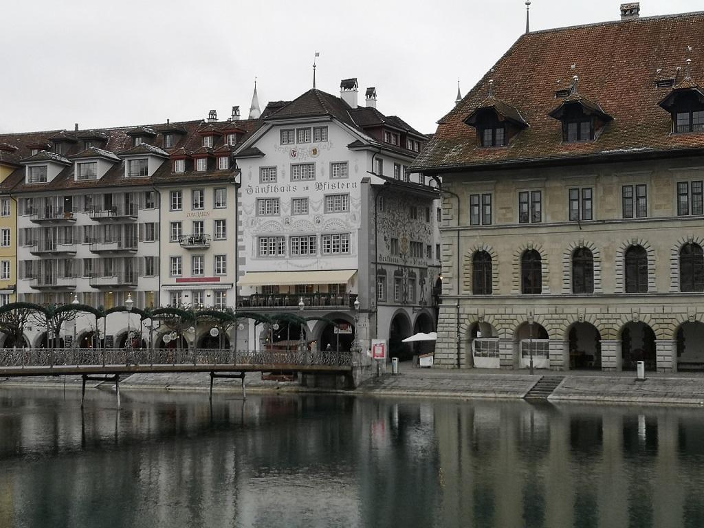 Batiment blanc Pfistern depuis pont de Lucerne